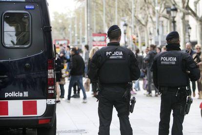 Efectivos de los Mossos d'Esquadra patrullan las calles de Barcelona.