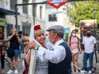 Es ver una pareja bailando un chotis -por San Lorenzo en Lavapiés, hace unos días- y pensar en una limoná.