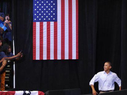Obama saluda al público a su llegada a un mitin celebrado en Toledo (Ohio)