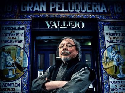 El diseñador Alberto Corazon frente a la peluqueria Vallejo, en Lavapiés.