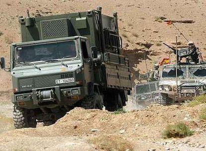 Un convoy militar español al sur de Herat (Afganistán), en 2005. En esa zona se produjo ayer el atentado suicida que causó dos muertos y cuatro heridos.