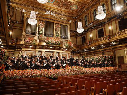 Riccardo Muti, de espaldas, al frente de la Filarmónica de Viena en el Concierto de Año Nuevo de 2021.