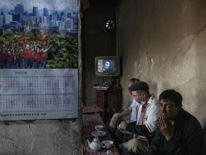 Varios hombres en una tetería, el 10 de abril en Yarkand. Un viejo televisor emite una antigua película china doblada en uigur.