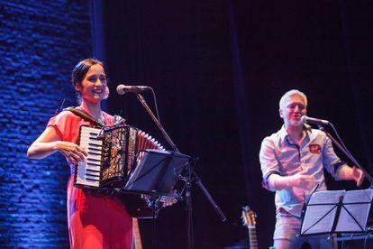Julieta Venegas y Martín Buscaglia, el viernes, en el teatro Xirgu.