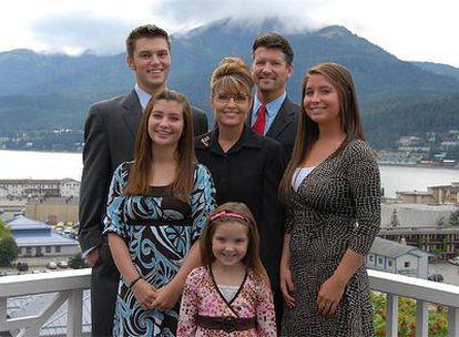 La candidata republicana a la vicepresidencia, Sarah Palin, junto a su familia. Su hija Bristol es la que se sitúa a la derecha de la imagen para el lector