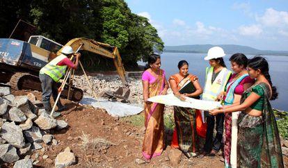 Construcción de una presa en Sri Lanka. Los datos de género son clave para avanzar en la inclusión de las mujeres en todas las esferas de la vida económica y social.