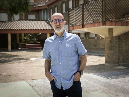 Vicent Mañes, presidente de la federación de directores de centros educativos de infantil y primaria Fedeip, frente al colegio público de Catarroja (Valencia) del que es director.