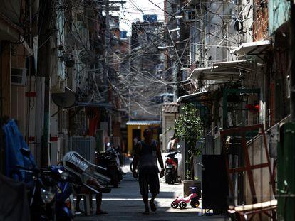 Un hombre camina en la favela da Maré el 13 de octubre de 2020, en Río de Janeiro (Brasil).