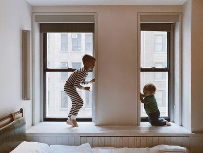 Dos niños juegan en su habitación.