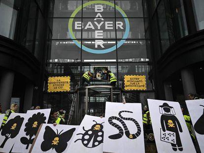 Protesta en marzo ante las oficinas de Bayer en París.