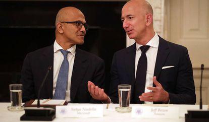 El CEO de Microsoft, Satya Nadella (izquierda) y el de Amazon, Jeff Bezos, en junio de 2017 en la Casa Blanca.