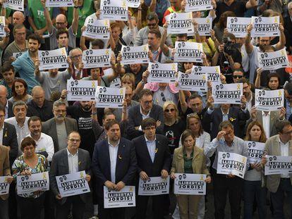 Artur Mas (tercero por la derecha) con varios políticos pidiendo la libertad de 'los Jordis' en octubre de 2017.