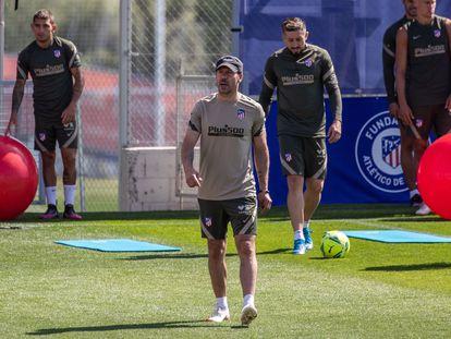 Diego Pablo Simeone  dirige el entrenamiento del Atlético este jueves en la Ciudad Deportiva Wanda, en Majadahonda.