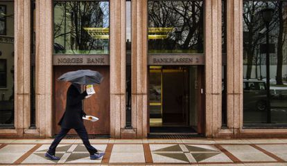 Un hombre pasa delante de la sede del Banco Central de Noruega