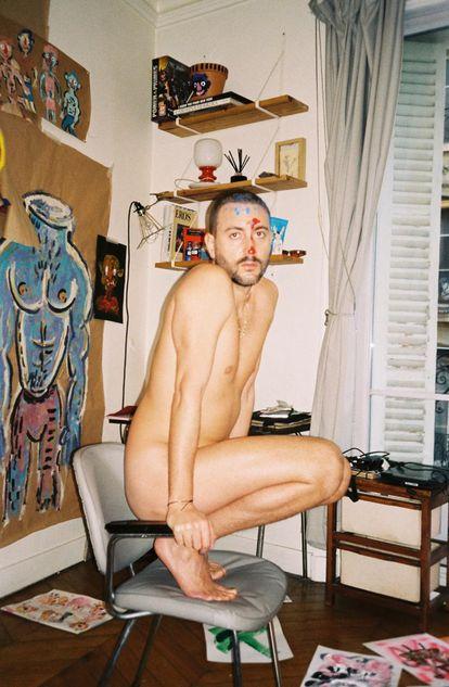 El artista Pepo Moreno en su casa-estudio de París.