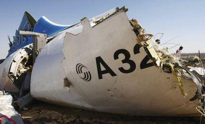 Una pieza del fuselaje del avión siniestrado en el Sinaí (Egipto).