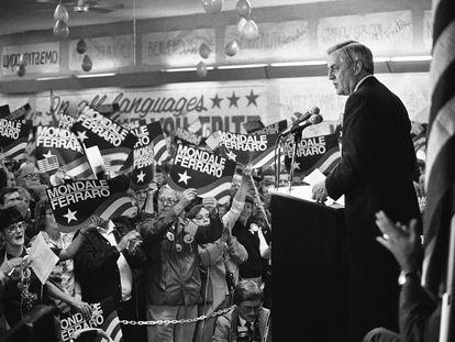 El candidato Mondale da un discurso de campaña en octubre de 1984.