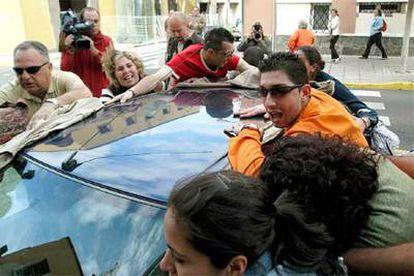 Familiares de Antonia Torres tratan de impedir que se grabe la entrada del coche en el que viaja la edil.