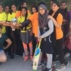 Foto de familia del equipo Criquet 11 de criquet femenino. Hifsa Butt, en el centro con una trenza, en un equipo entre el equipo del Poble Sec (de amarillo) y el de Trinitat Vella (naranja) AUTORIA Fundació per a l'Esport i l'Educació de Barcelona