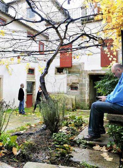 La parra del patio de la recién remodelada Casa del Deán de Santiago de Compostela.  El <i>jazzman</i> con pasamontañas.