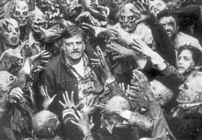 El director rodeado de zombies.