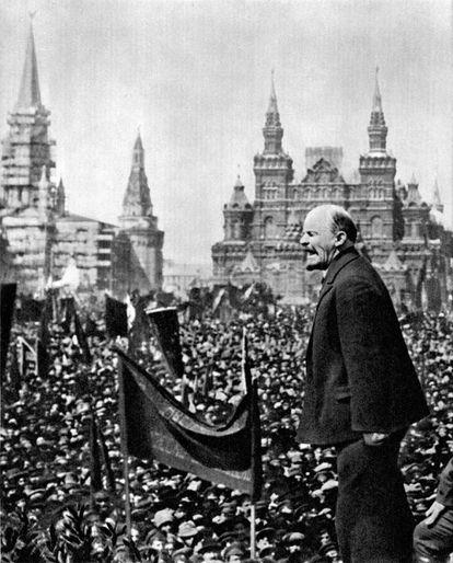 Lenin pronuncia un discurso en la plaza Roja de Moscú en la fiesta del 1 de mayo de 1919.