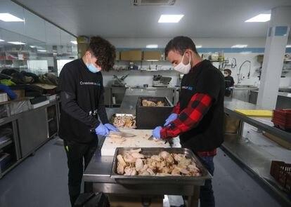 Jóvenes voluntarios de Cesal preparan 20.000 raciones de comida para la cena benéfica de Nochebuena de Comedores con Alma.