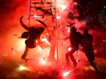 Personas disfrutando de la Feria Nacional de la Pirotecnia en México.