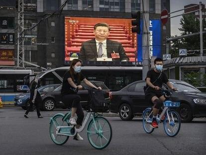 Una pantalla muestra al presidente chino, Xi Jinping, en una calle de Pekín.