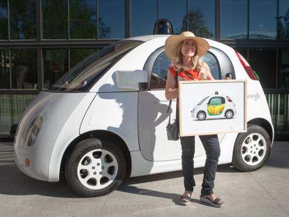 La artista Inmaculada del Castillo posa junto al coche sin condutor de Google y su diseño.