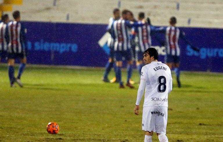 El jugador del Huesca Eugeni Valderrama, tras un gol del Alcoyano, en la anterior ronda de la Copa del Rey.