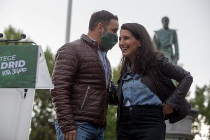 La candidata de Vox a la presidencia de la Comunidad de Madrid, Rocío Monasterio y el líder de la formación, Santiago Abascal, el 28 de abril en Valdemoro (Madrid).