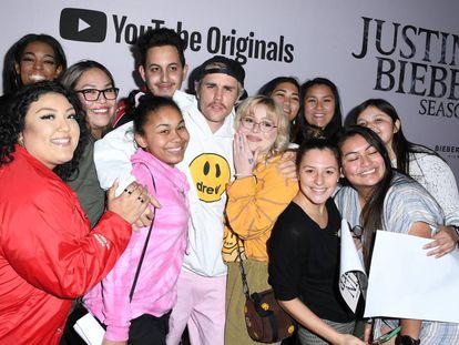 Justin Bieber posa con sus seguidores en la presentación de 'Seasons' en Los Ángeles, el 27 de enero. / STEVE GRANITZ (WIREIMAGE)