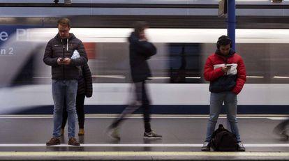 Usuarios del Metro de Madrid en la estación de Príncipe Pío.