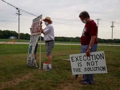 Protesta contra la ejecución de un reo con inyección letal, el pasado julio frente a la prisión de Terre Haute, en el Estado de Indiana.