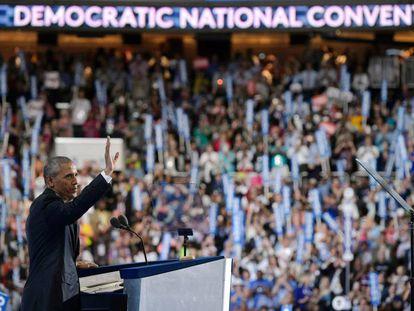 El presidente Obama saluda a los delegados antes de su discurso en Filadelfia.