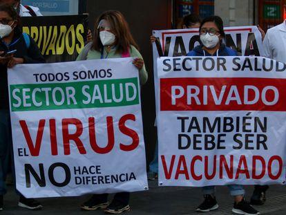 Médicos de hospitales privados protestan para solicitar la vacuna, este viernes en Ciudad de México.