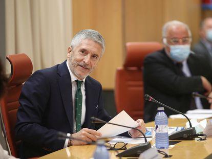 El ministro del Interior, Fernando Grande-Marlaska, junto al director general de Tráfico, Pere Navarro, con una mascarilla como protección frente a la covid-19, este lunes durante la presentación de la campaña de la DGT para el verano.