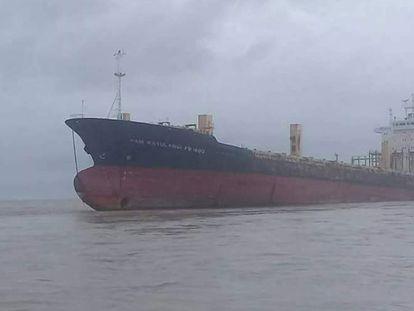 El barco ya encallado frente a Thongwa. La foto procede del Facebook de la policía local.