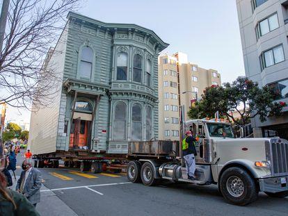 Traslado de la vivienda victoriana por las calles de San Francisco.