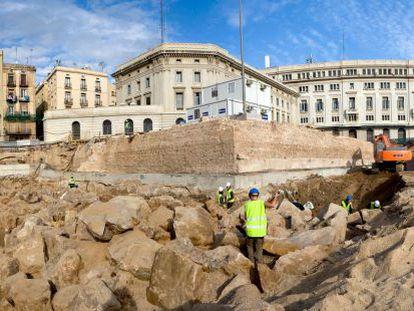 La escullera del siglo XV en proceso de excavación y el baluarte de Migdia en 2008.
