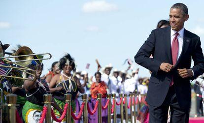 El expresidente de EE UU, Barack Obama, baila al son de la música a su llegada al aeropuerto internacional Julius Nyerere, de Tanzania, en 2013.