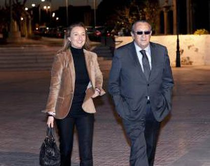 El ex presidente de la Diputación de Castellón y presidente del PP provincial, Carlos Fabra, acompañado por su hija Andrea acude a la misa en recuerdo de Fraga Iribarne organizada por el PP castellonés. EFE/Archivo