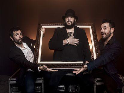 Kutxi Romero, junto a sus guitarristas El Pete y Juanito Lorente