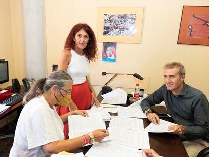 La profesora Teresa Vicente, en el centro, durante el recuento de firmas la semana pasada en la Universidad de Murcia.
