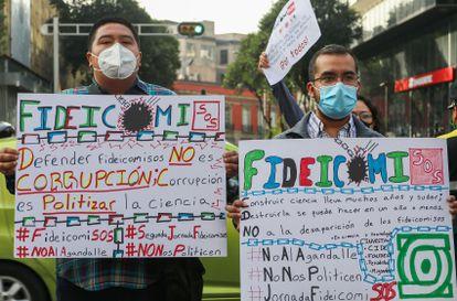Manifestantes protestan frente al Senado en Ciudad de México por la extinción de los fideicomisos para la ciencia el pasado octubre.