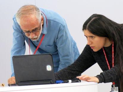 Esther Solé, de Amical Wikimedia, durante un encuentro en Girona.
