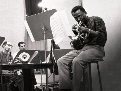 Miles Davis (en primer plano), en un fotograma de la serie 'Miles Davis. Birth of the cool'.