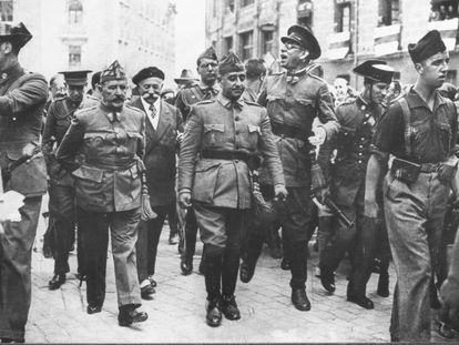 De izquierda a derecha, los generales Cavalcanti, Francisco Franco y Mola, en Burgos en 1936, durante la Guerra Civil.