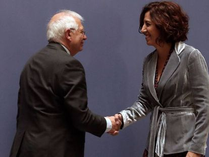 El ministro de Exteriores, Josep Borrell, e Irene Lozano en la toma de posesión de esta.